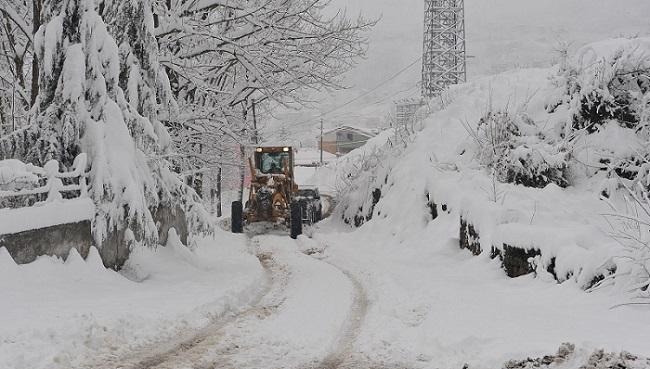 Trabzon'da gece boyunca aralýklarla etkili olan kar yaðýþý sonrasý Belediye ekipleri yollarý ulaþýma açýk tutmak için yoðun þekilde çalýþtý.