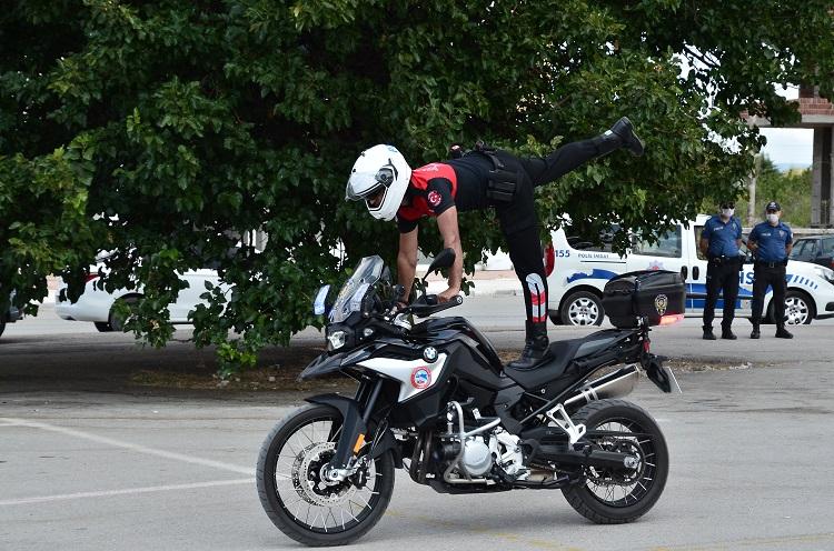 MOTORİZE POLİSLERDEN AKROBASİ GÖSTERİSİ